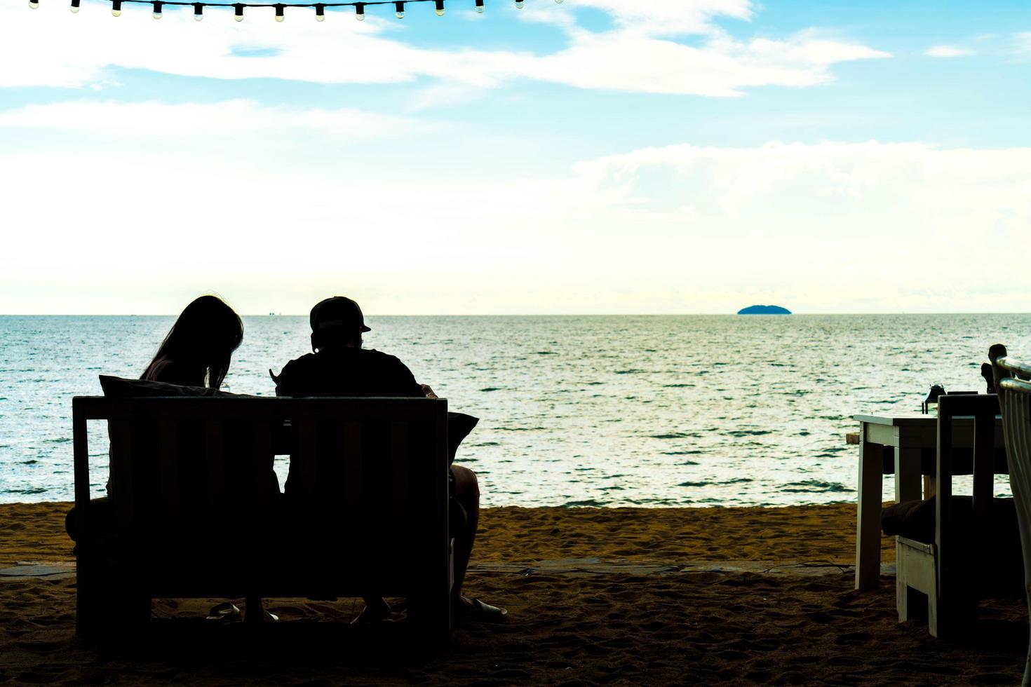 silhouette coppia amore con vista mare - filtro effetto vintage foto