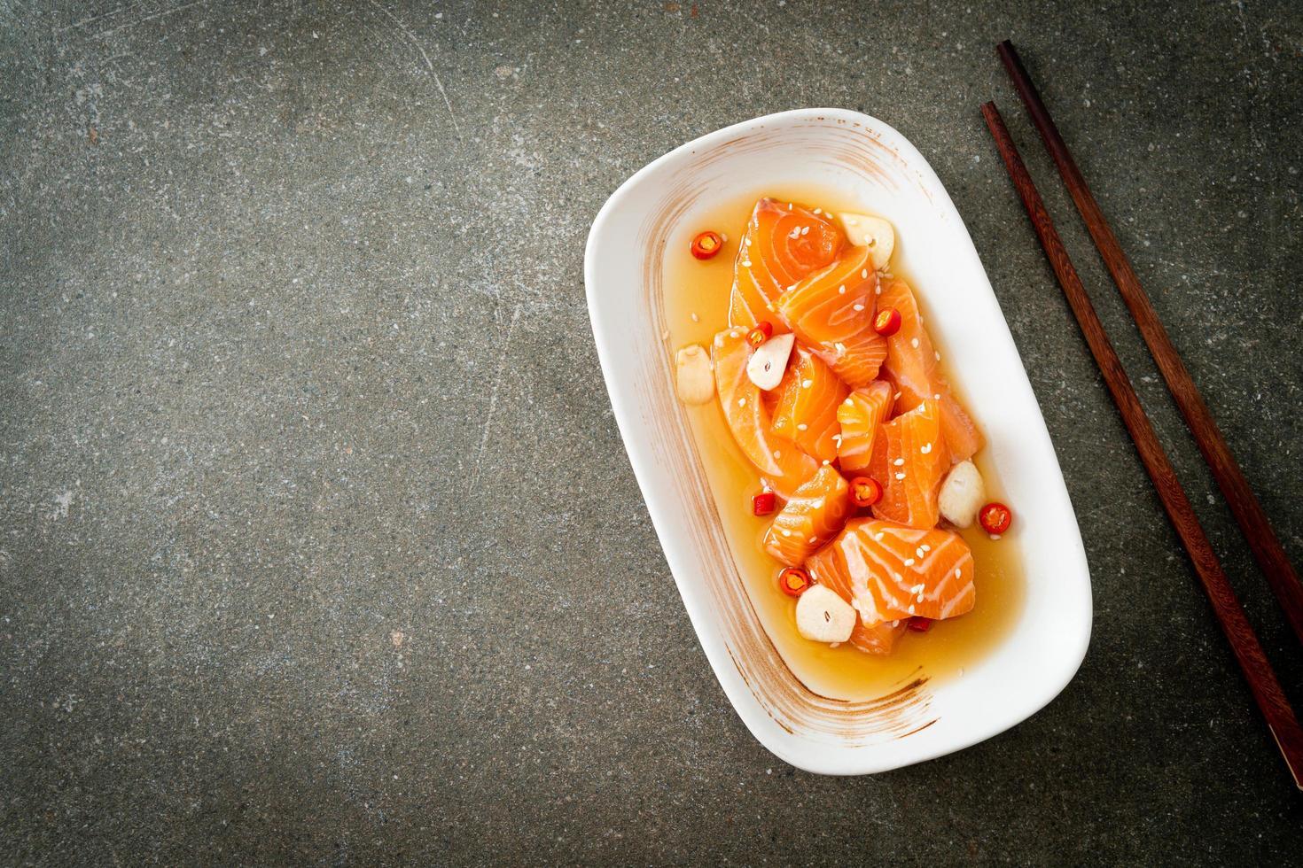 salmone fresco crudo marinato shoyu o salsa di soia marinata al salmone foto