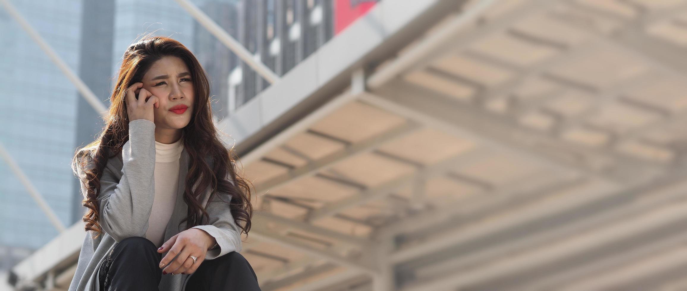 tempo di sosta. licenziato. donna d'affari licenziata seduta sulle scale dell'edificio per uffici all'esterno. foto