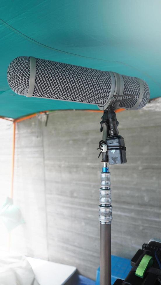 tipo di microfono ad asta. registratore di suoni microfono ad asta e treppiede. foto