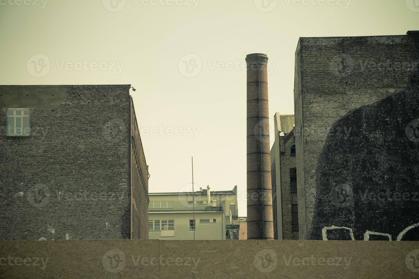 vecchia fabbrica con camino industriale in mattoni foto