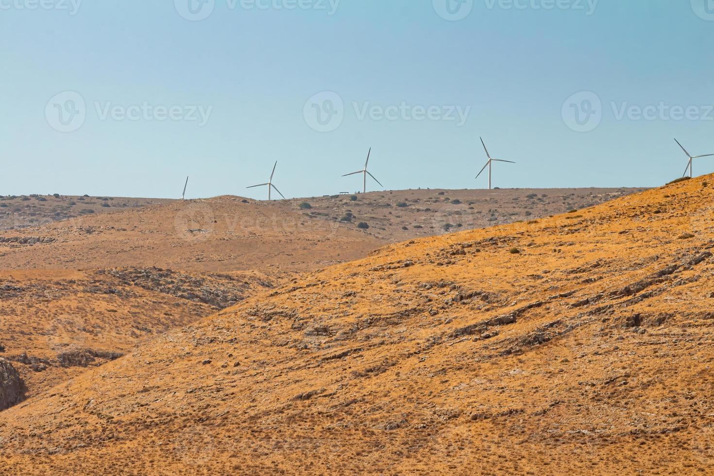 Le turbine eoliche in una fattoria eolica su una montagna nelle alture del Golan israeliano foto