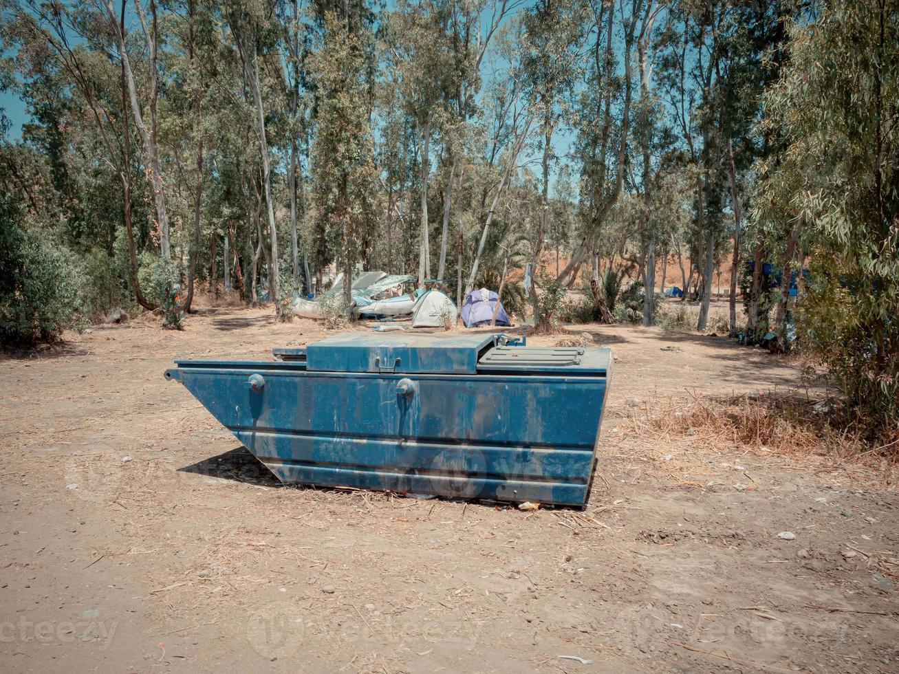 Grande blu metallico bidone della spazzatura in un campeggio nella valle del Giordano di Israele foto