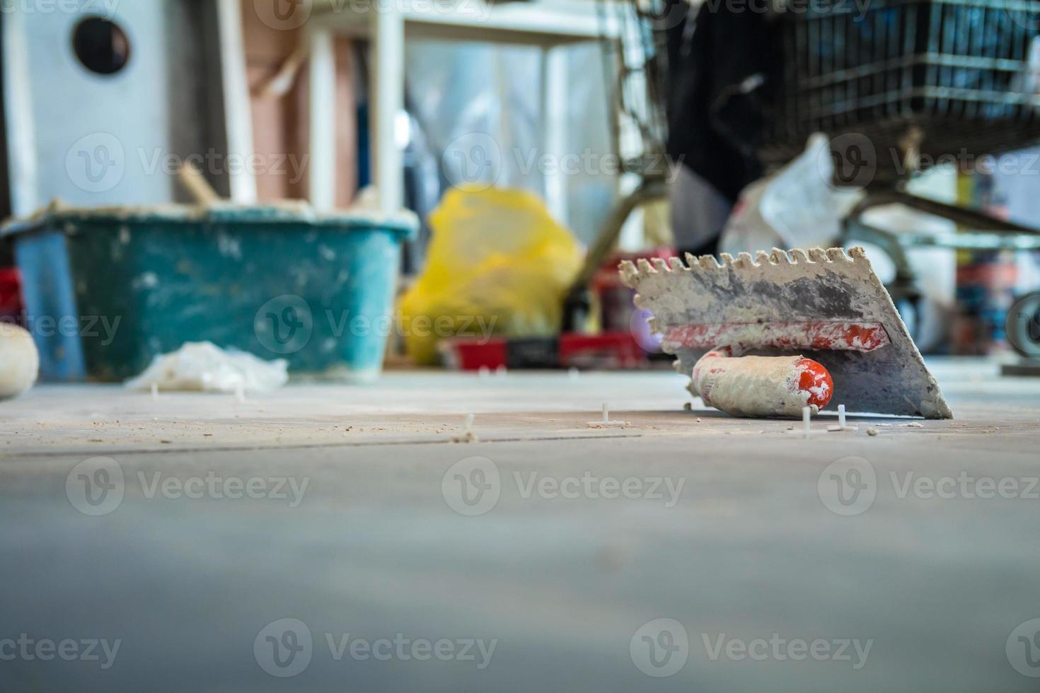 cazzuola sul pavimento in cantiere foto