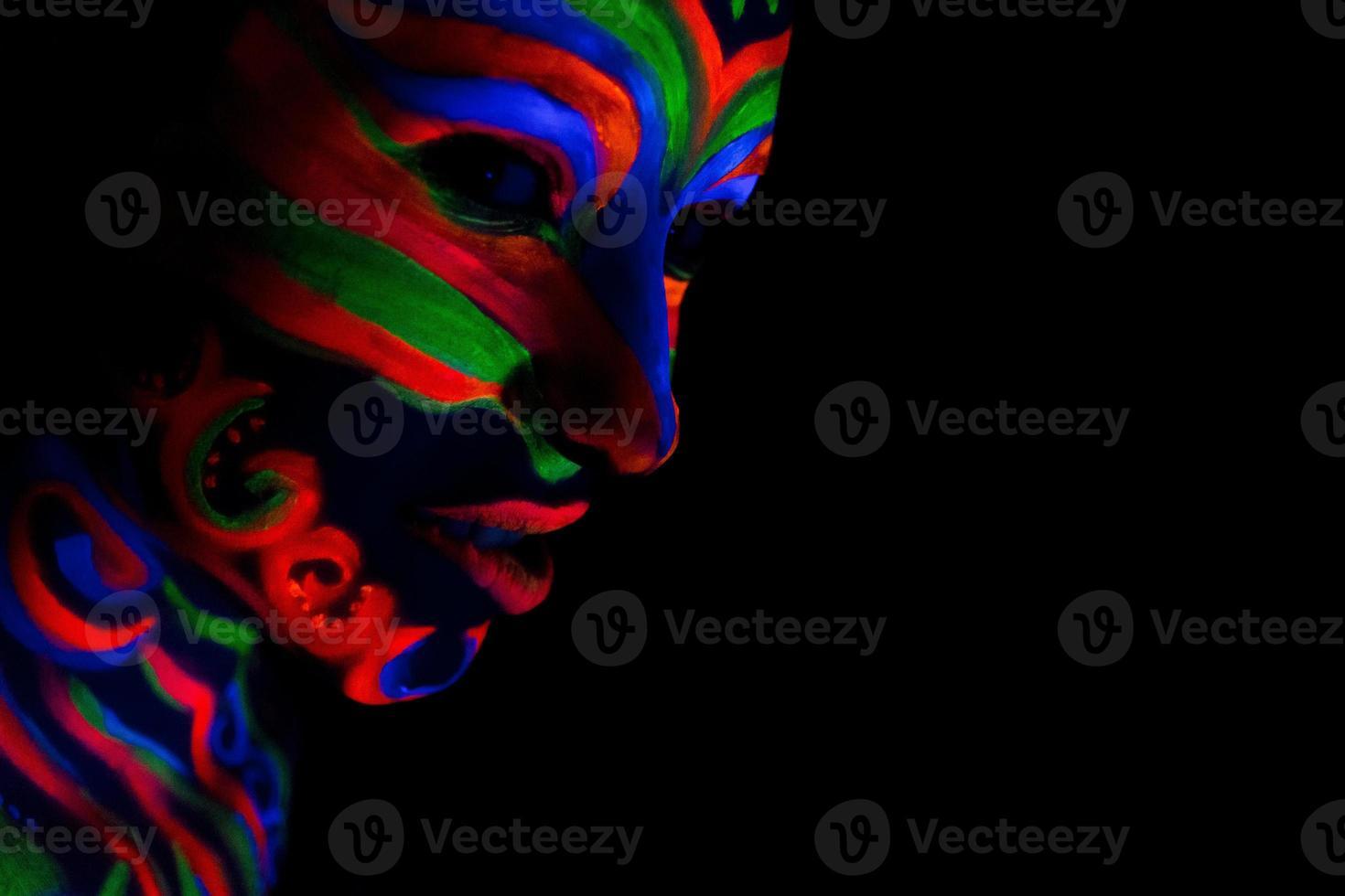 donna con arte del trucco di polvere fluorescente uv incandescente foto