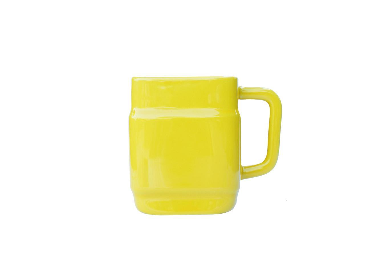 le tazze gialle isolate su sfondi bianchi includono il tracciato di ritaglio foto