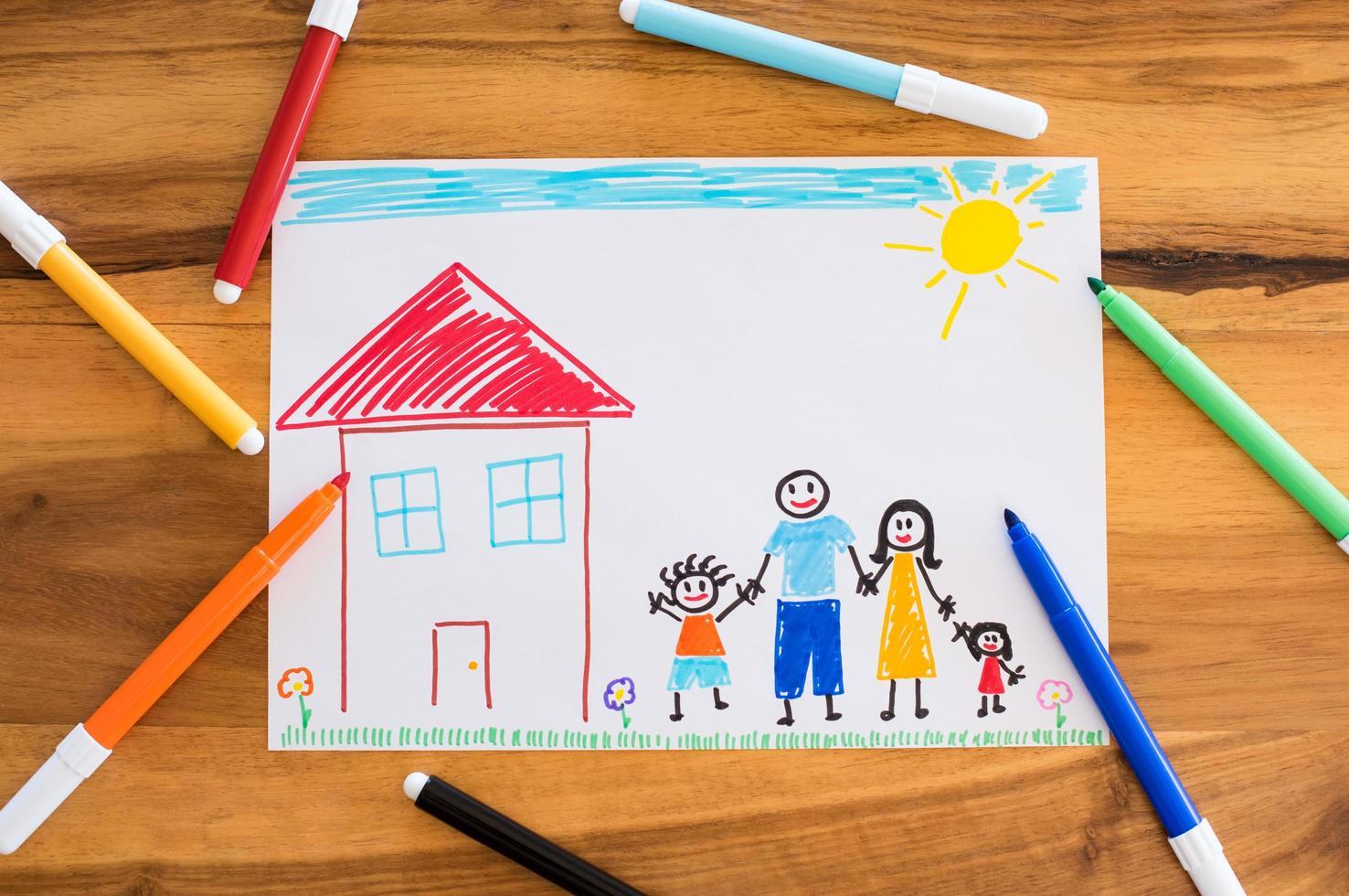 famiglia felice con bambini che disegnano foto