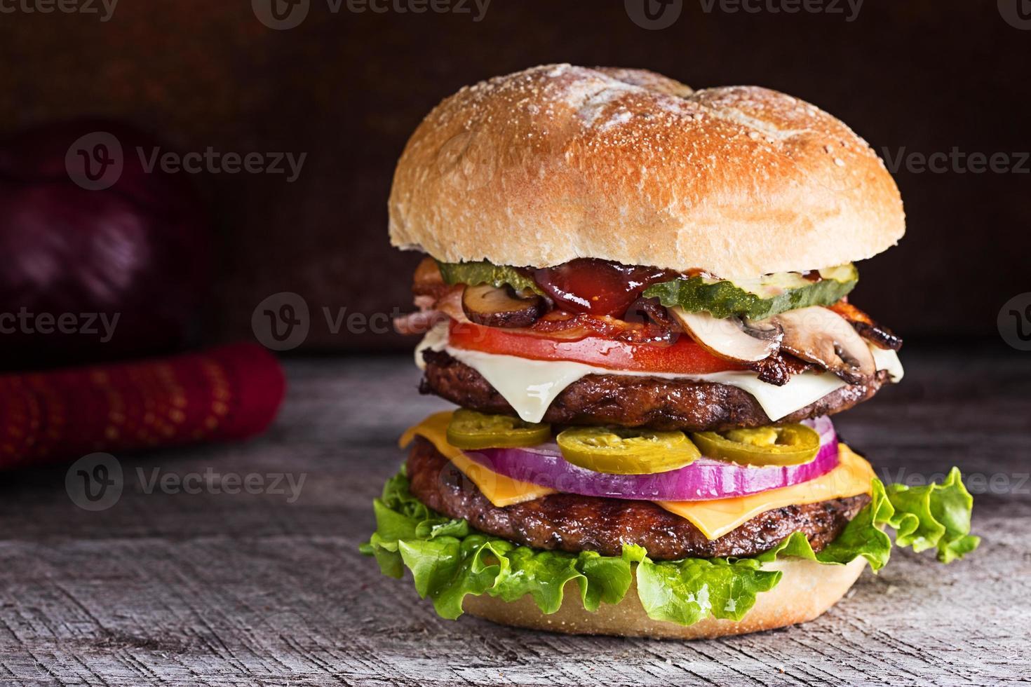 un prosciutto a due piani e cheeseburger foto
