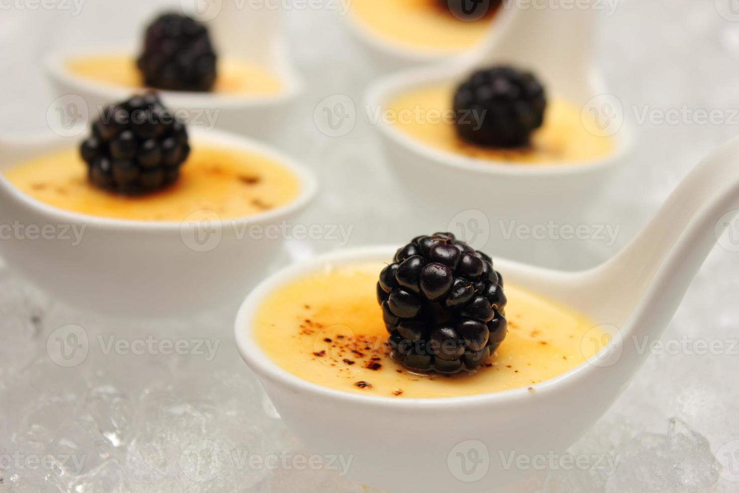 dessert alla crema brulée conditi con frutti di bosco freschi. foto