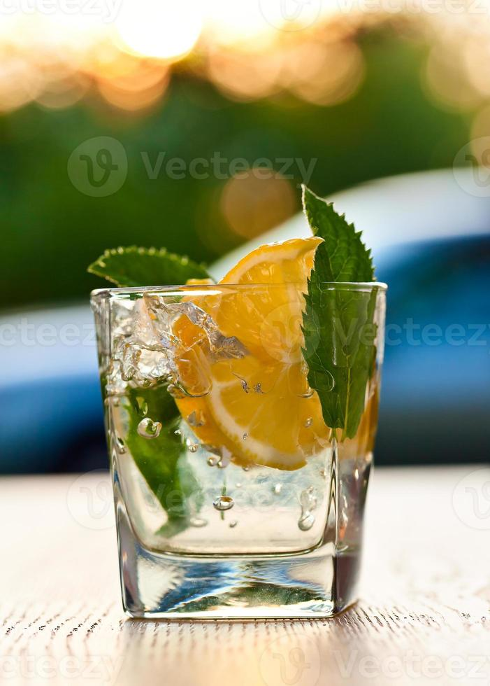 cocktail con foglie di limone e menta piperita foto