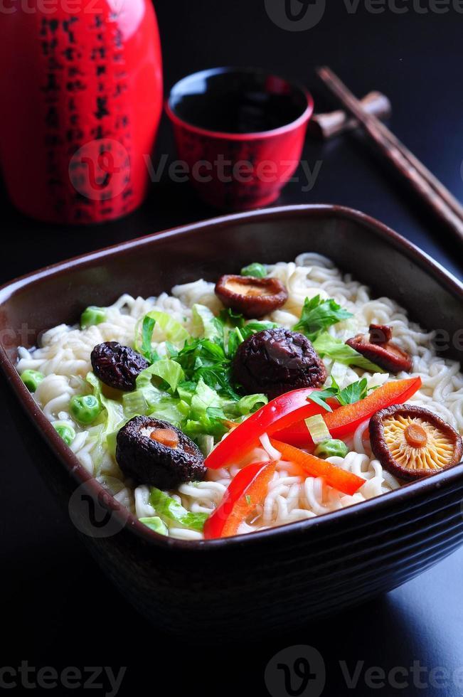 tagliatelle di ramen con funghi shiitake, piselli, peperoni, coriandolo foto