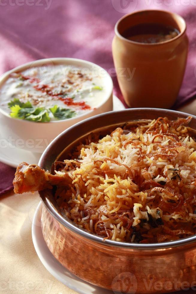 hyderabadi biryani - un popolare piatto a base di pollo o montone foto