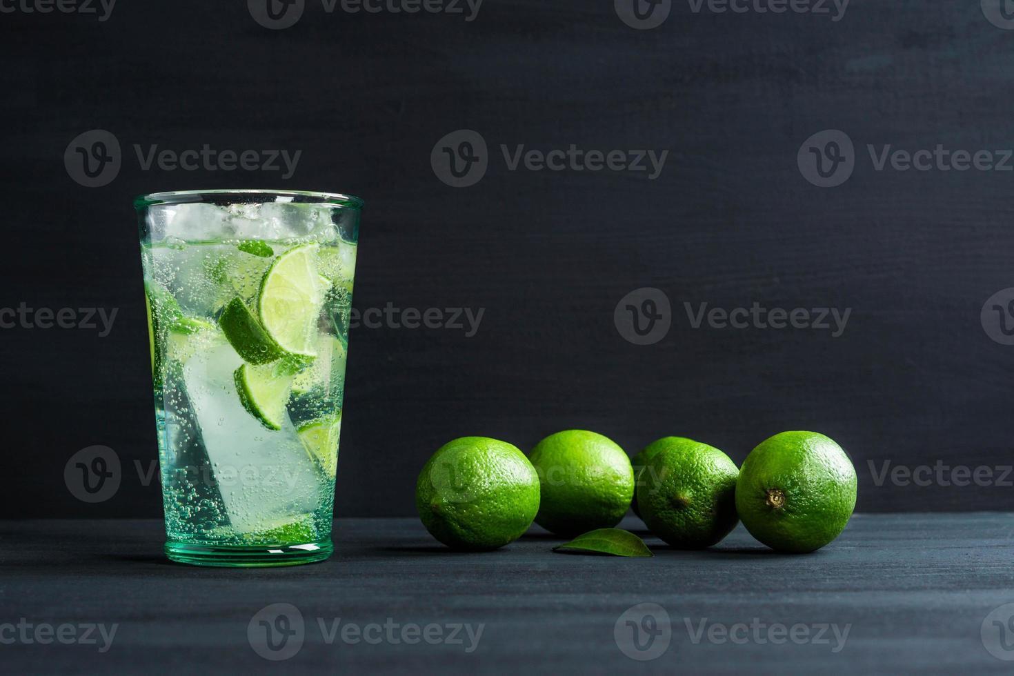 cocktail fresco con fettine di lime foto