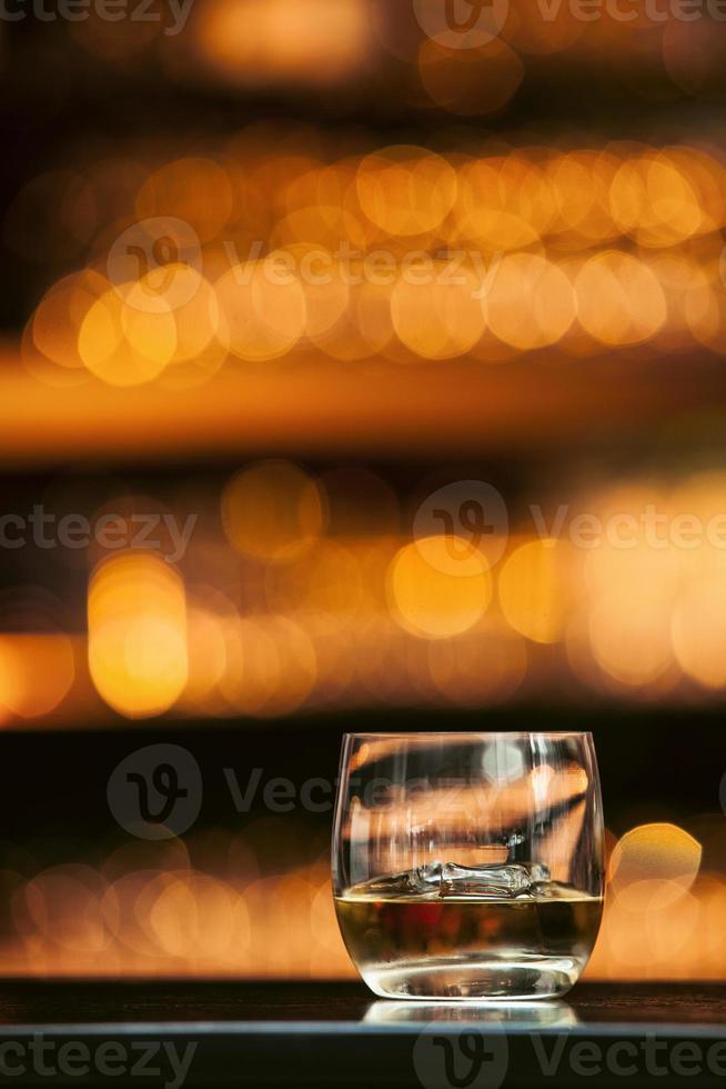 whisky sulla barra di legno foto