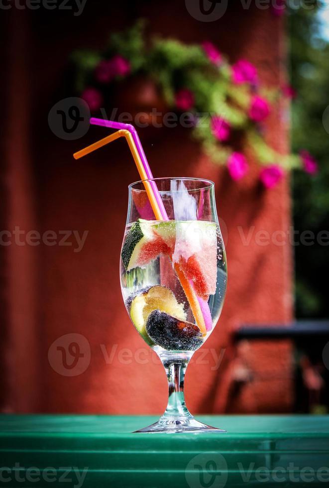 acqua minerale infusa di frutta foto