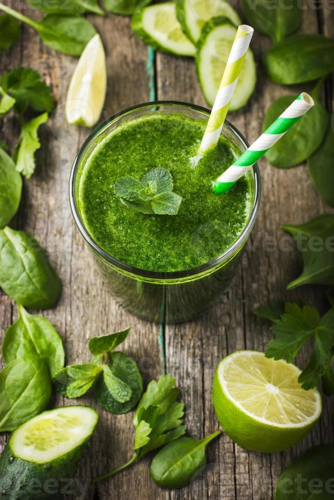 frullato verde fresco con ingredienti foto