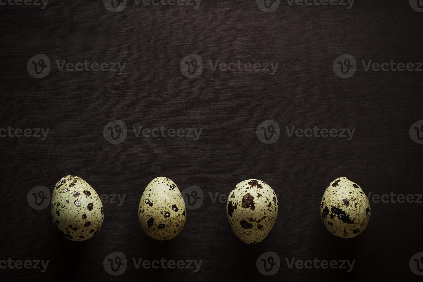 quattro uova di quaglia di fila foto