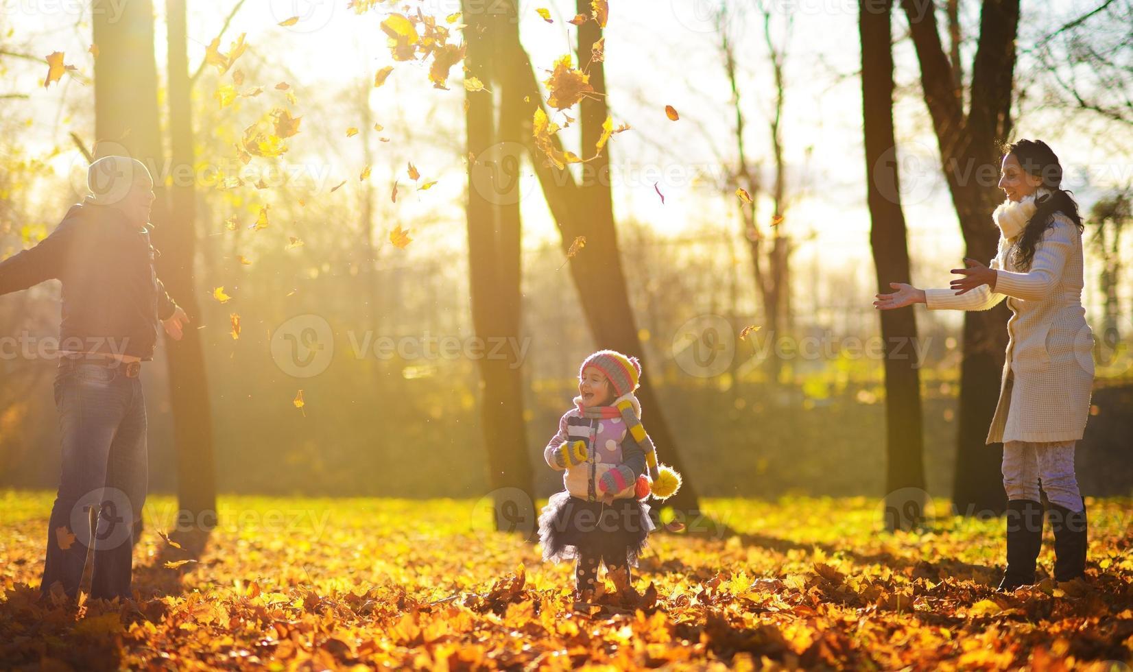 famiglia nel parco d'autunno foto