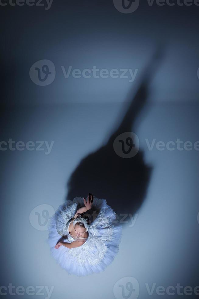 ritratto della ballerina in tatu di balletto su sfondo blu foto