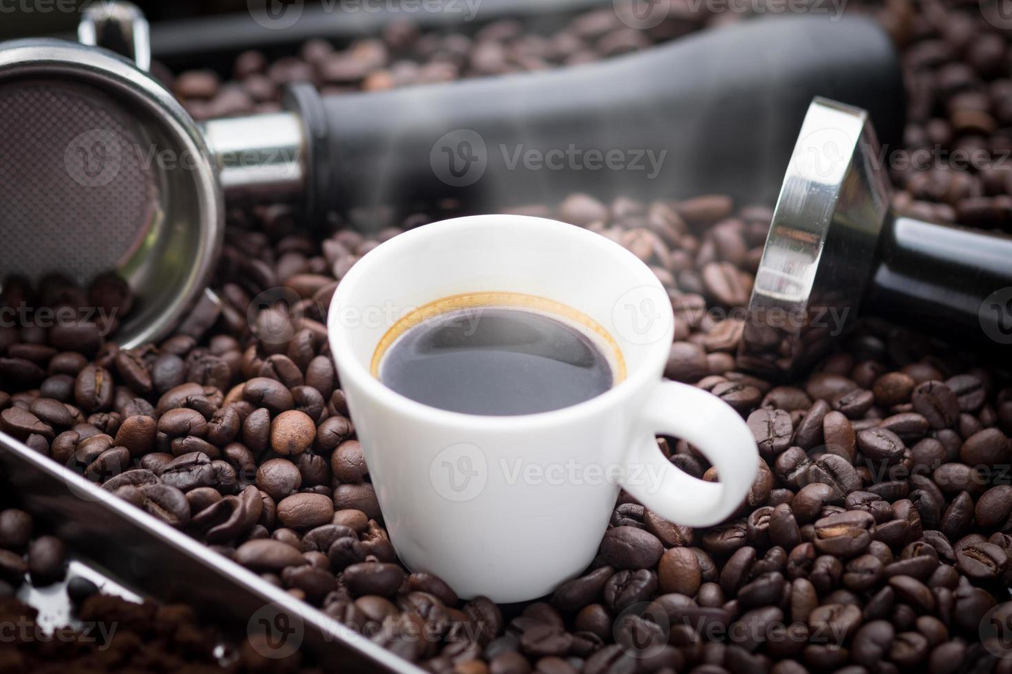 espresso caldo in una tazza bianca. foto