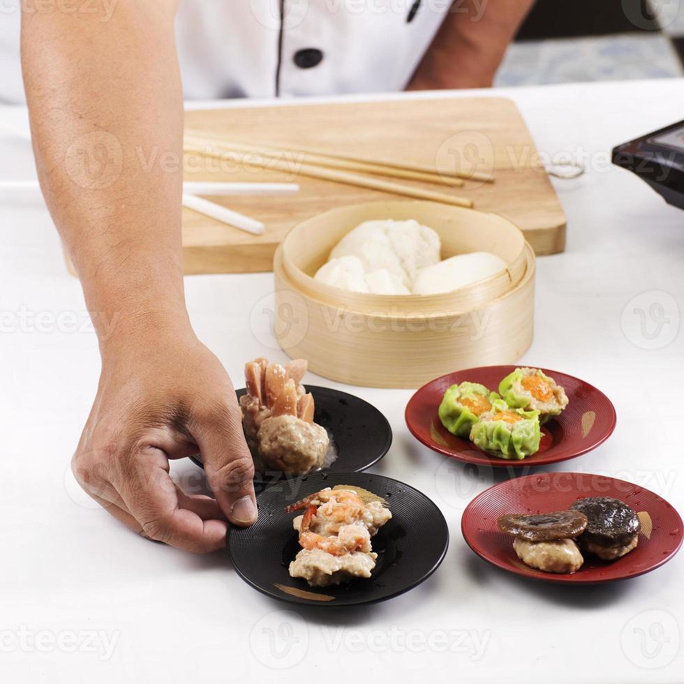 lo chef ha presentato dim sum cinese foto