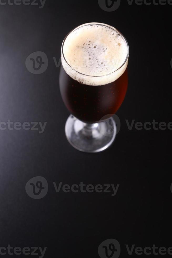 bicchiere di birra ambrata foto