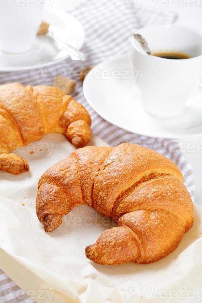 due cornetti per colazione foto
