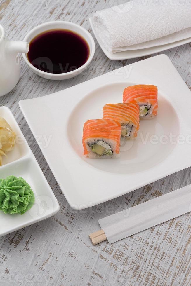 Sushi su un piatto bianco su sfondo d'epoca in legno. foto