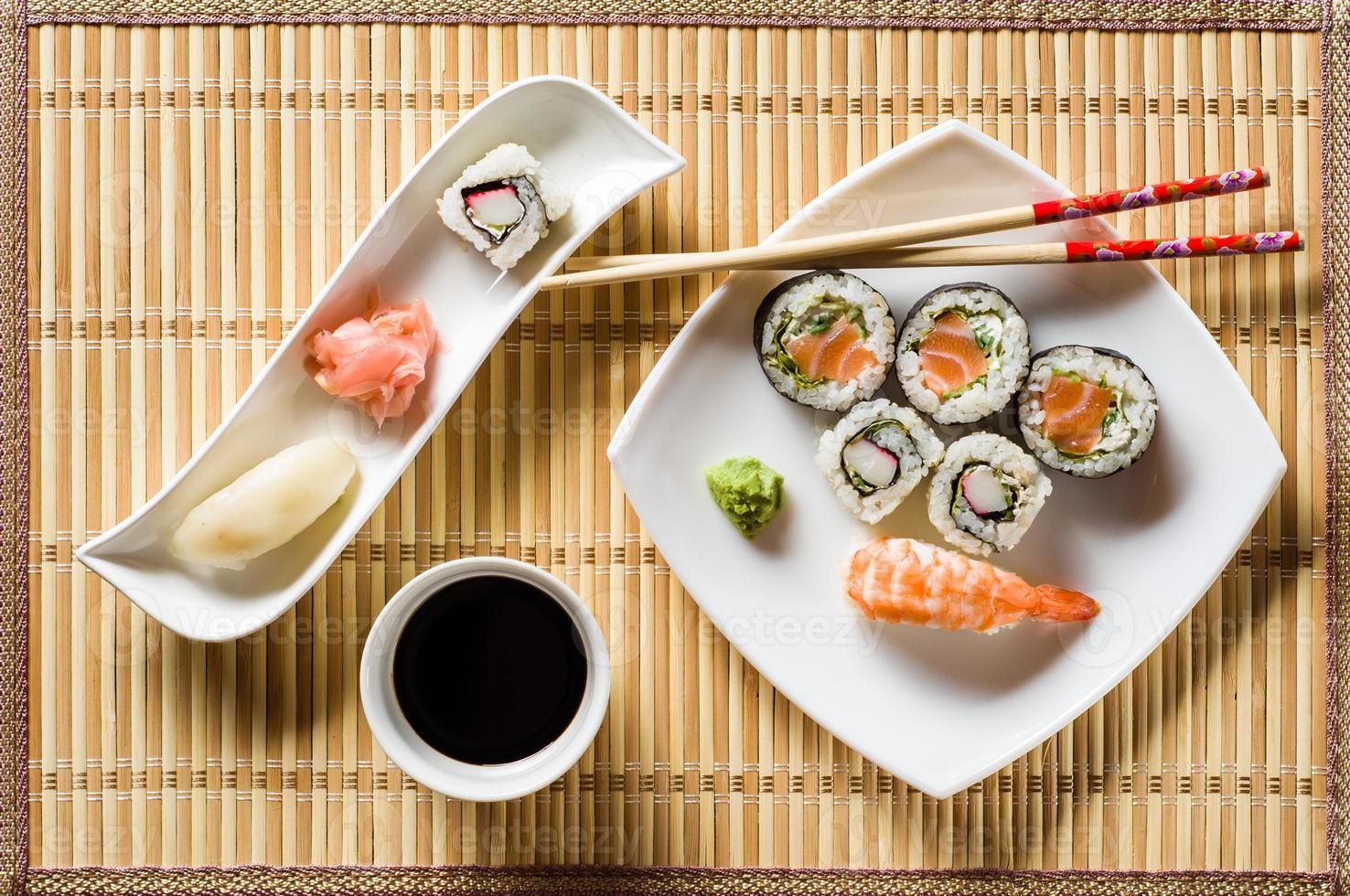 sushi sul piatto bianco foto