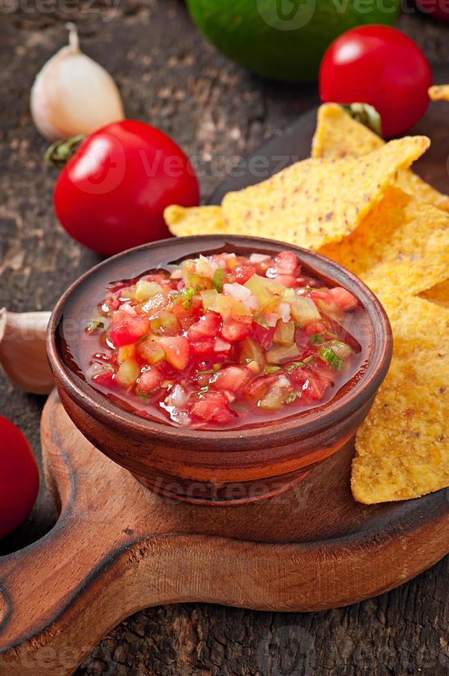 patatine messicane di nacho e salsa tuffo nella ciotola foto