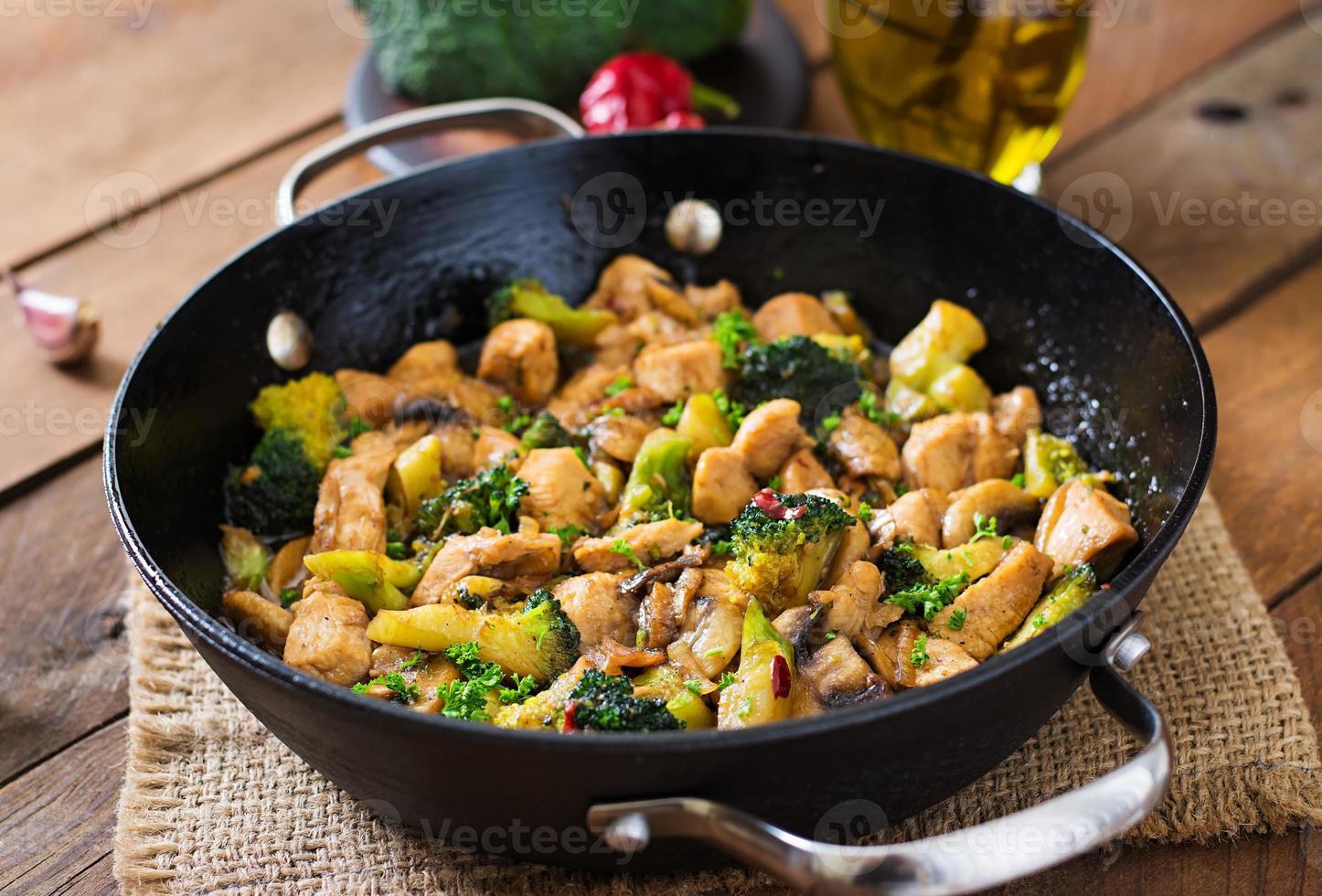 soffriggere il pollo con broccoli e funghi - cibo cinese foto