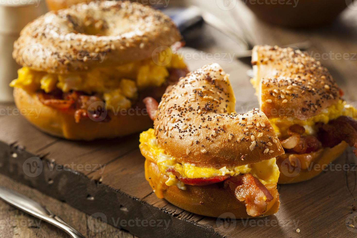 ricca colazione a sandwich su un bagel foto