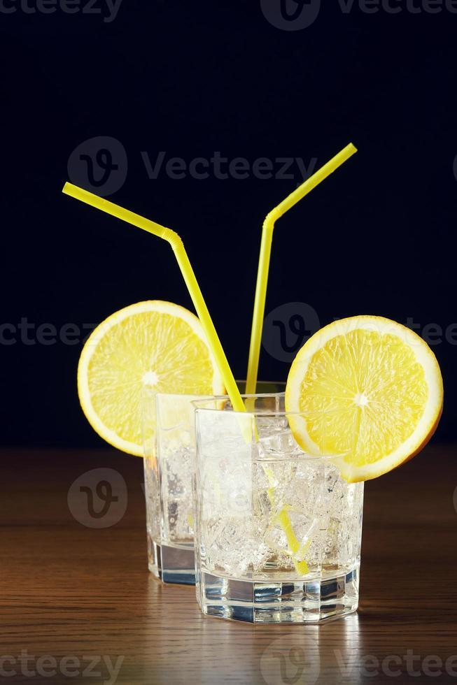 due bicchieri di bibita con ghiaccio foto