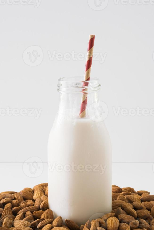 latte di mandorle verticale foto