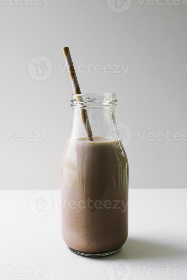 brocca di latte verticale al cioccolato foto