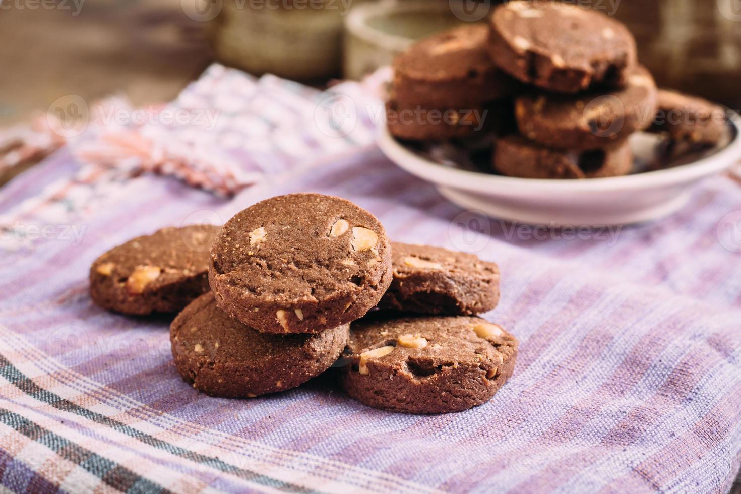 biscotti al cioccolato e nocciole sul panno foto