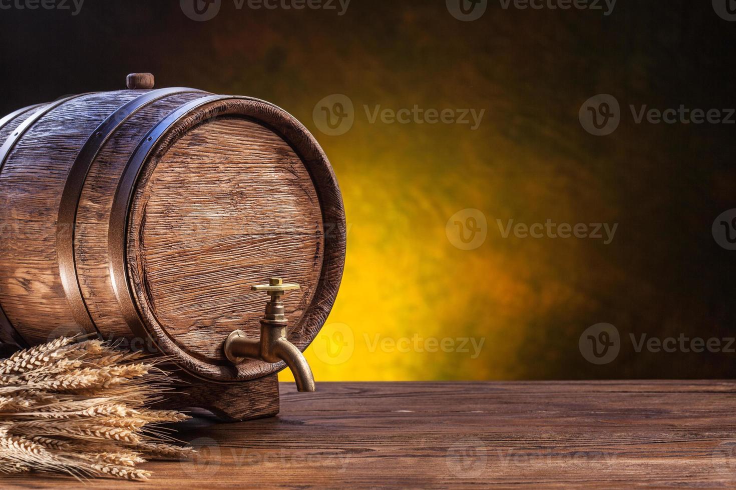 vecchia botte di rovere su un tavolo di legno. foto