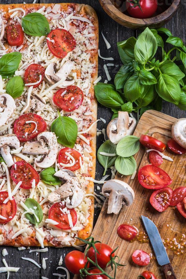 fare la classica pizza margherita fatta in casa foto