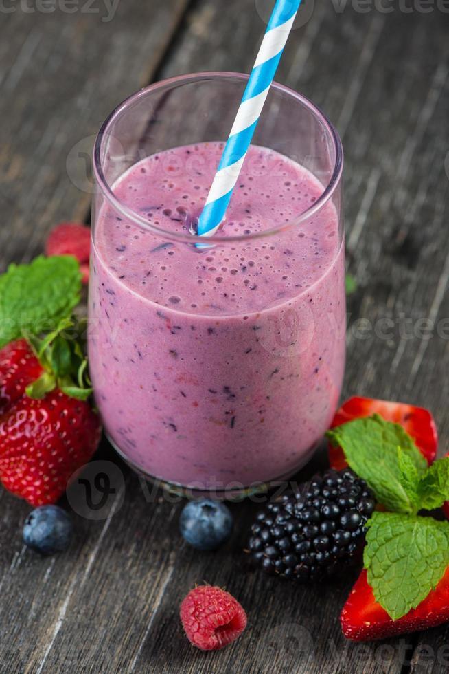 frullato di frutta estiva antiossidante fatto in casa foto