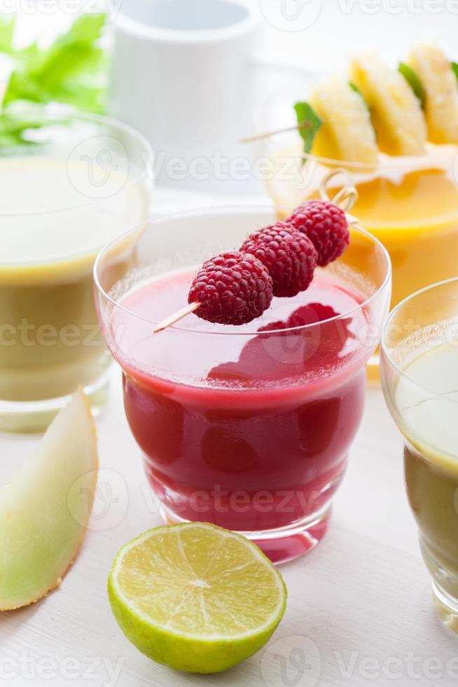 variazione di frullati di frutta e verdura foto