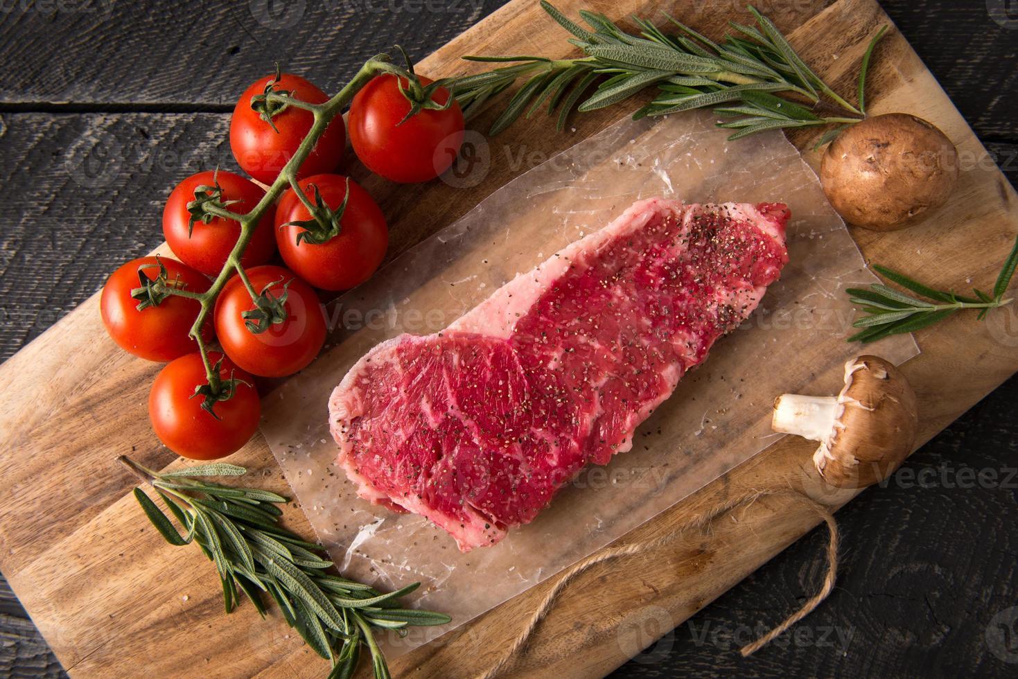 serie di bistecche alla griglia: carne cruda foto