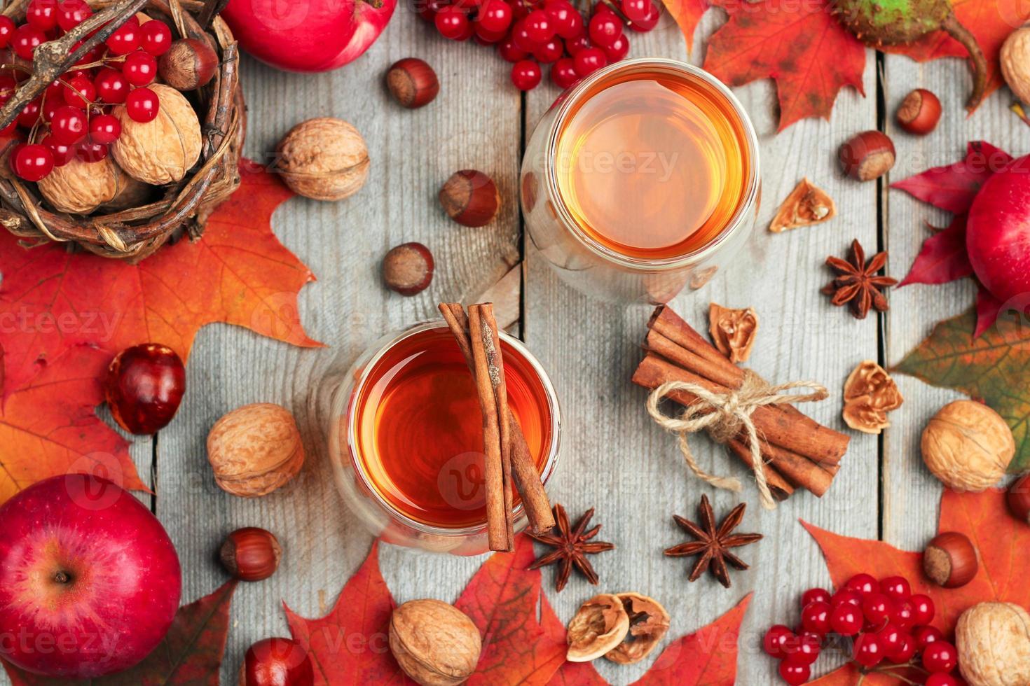 bevanda calda autunnale in un bicchiere con frutta e spezie foto