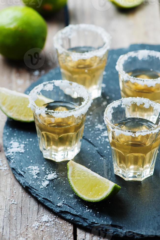 tequila oro con lime e sale foto