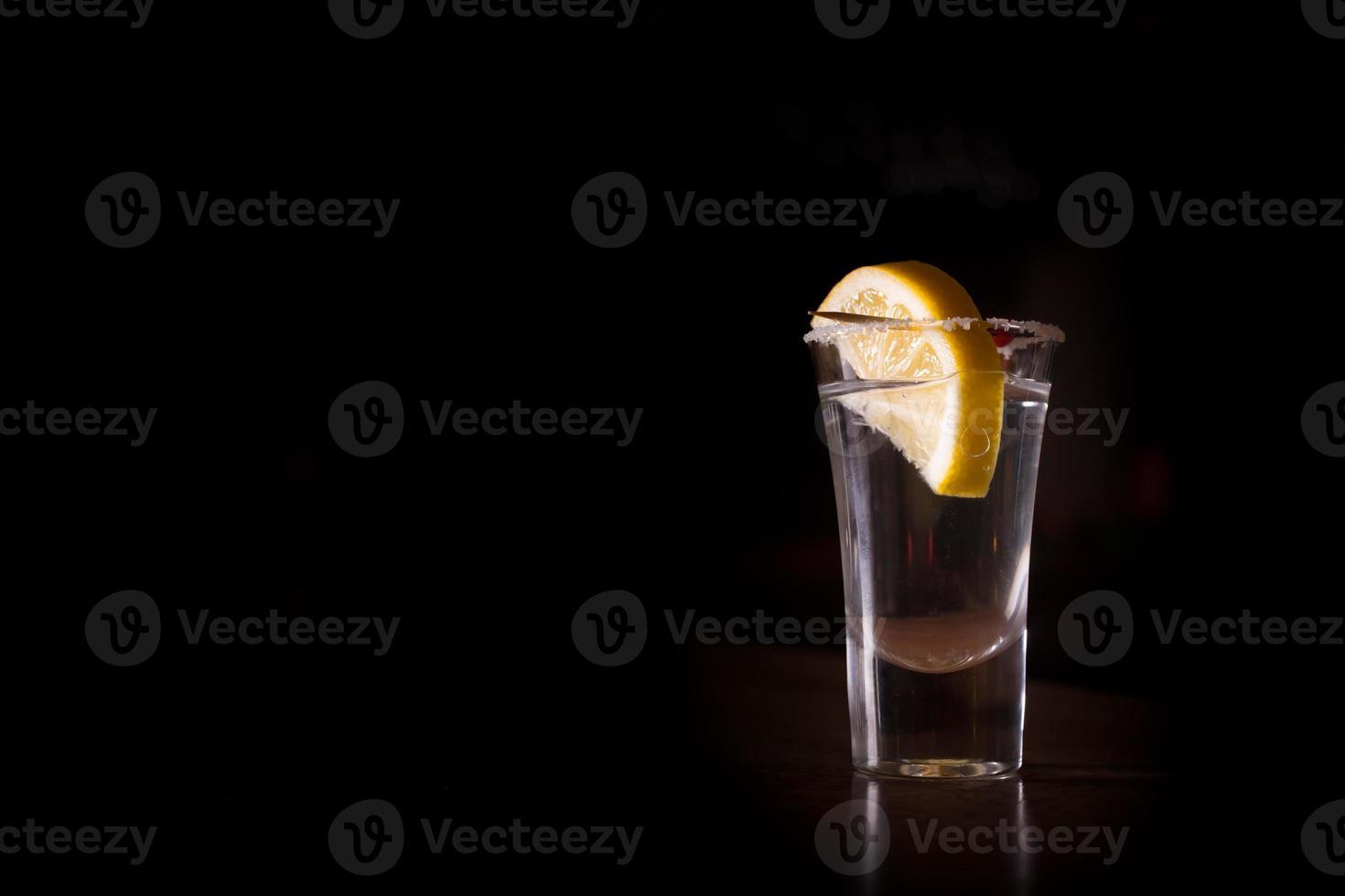tequila girato con il limone foto