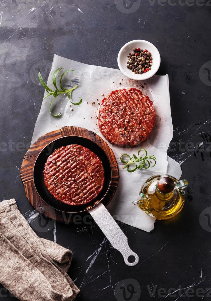 cotolette di carne cruda di hamburger di carne macinata cruda foto