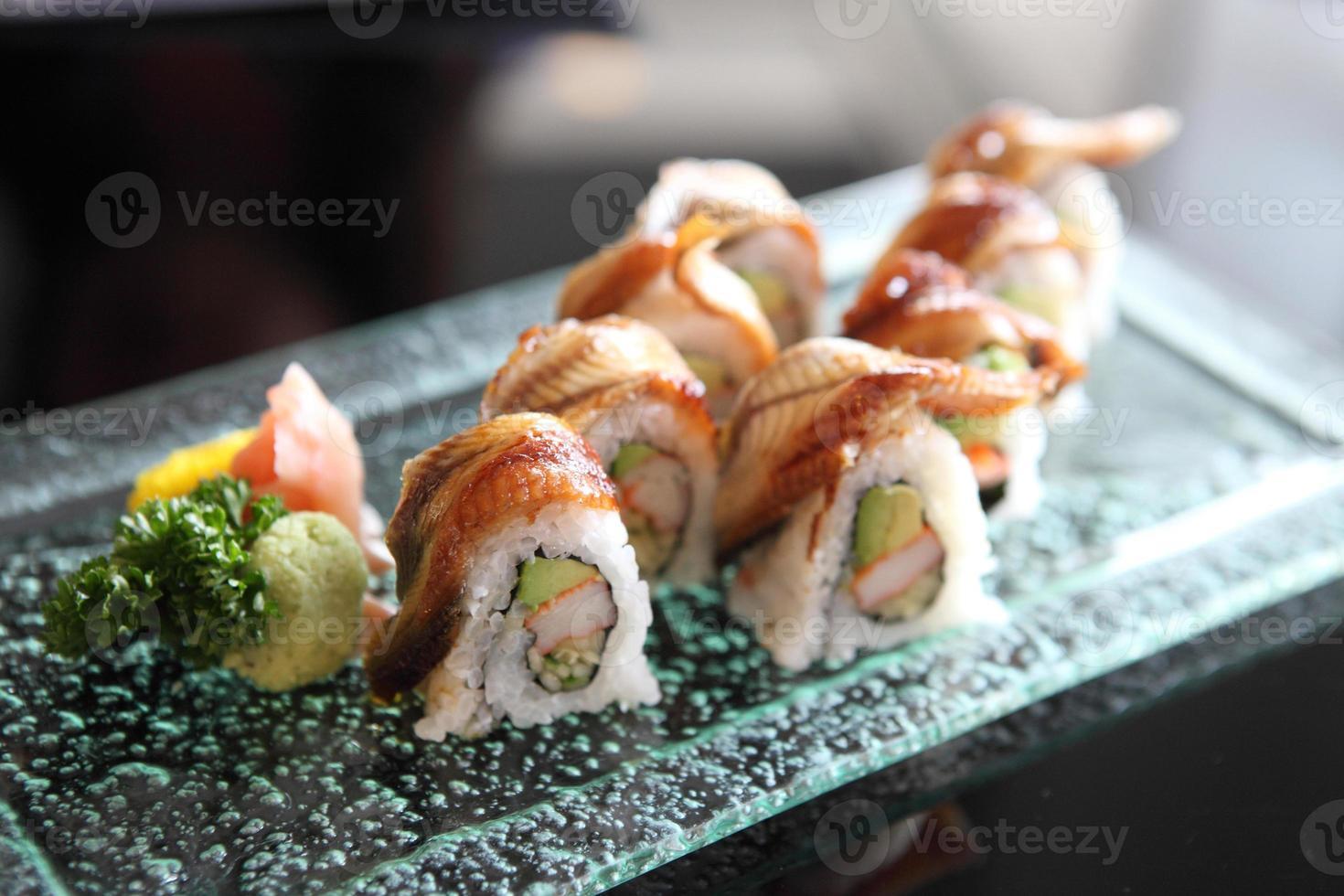 sushi di anguilla e avocado maki foto