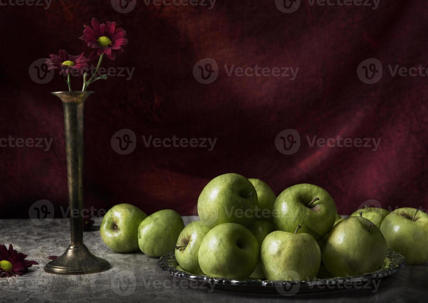 mela natura morta con fiori foto