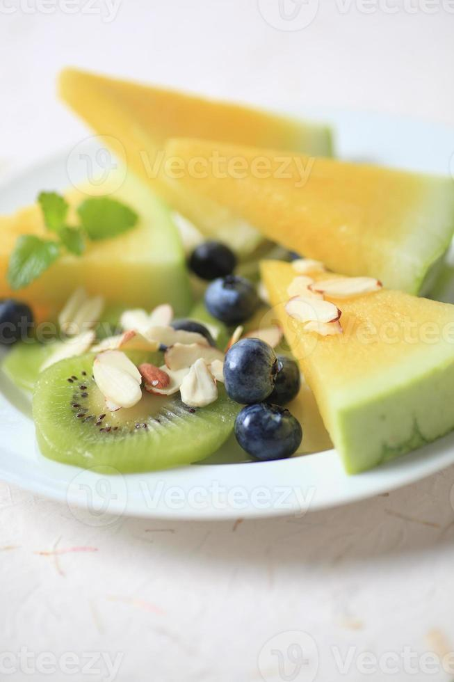 macedonia di frutta con mirtilli e melone foto