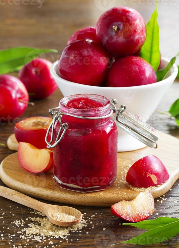 marmellata di prugne e troia sul tavolo. foto