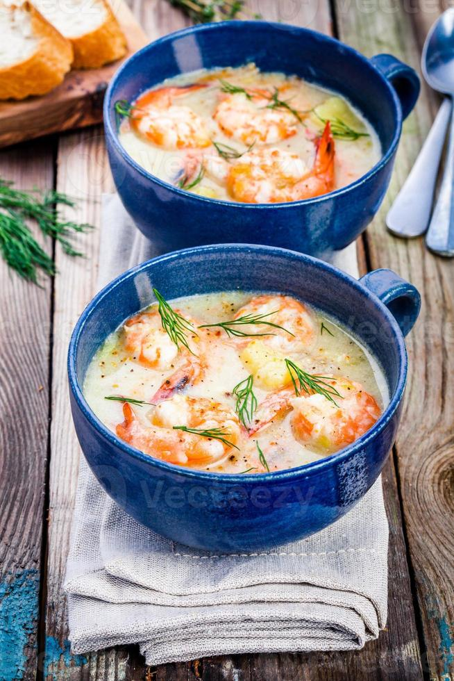Zuppa fatta in casa con gamberi foto
